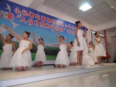 二小表演舞蹈《音乐之声do re mi》-千秋网